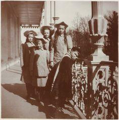 Grand Duchesses Anastasia Nikolaevna, Marie Nikolaevna, Tatiana Nikolaevna e Olga Nikolaevna, e Czarevich Alexei Nikolaevich, na varanda do Alexander Palace, em 1909. Alexei parece meio chateado. :/
