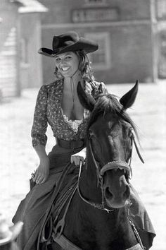 Italian actress Claudia Cardinale on the film set of the western comedy 'The legend of Frenchie King directed by Christian-Jaque in 1971 and starring alongside Brigitte Bardot. Claudia Cardinale, Westerns, Classic Actresses, Actors & Actresses, Divas, Katharine Ross, Cinema Tv, Italian Actress, Italian Beauty
