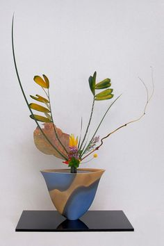 #Ikebana Ikenobo Rikka Shimputai by Lusy Wahyudi Indonesia. I love the dance of color between the vessel and the leaves!