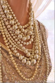 The spirit of Coco Chanel. looove pearls and coco chanel How To Have Style, Maxi Collar, Jewelry Accessories, Fashion Accessories, Fashion Shoes, Girl Fashion, Vogue Fashion, Pearl And Lace, Glamour