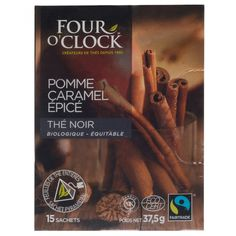 Té Four O'Clock negro orgánico elaborado de la planta Camellia sinensis con trozos de manzana canela jengibre rosa silvestre saborizante natural clavo de olor saborizante natural a caramelo raíz de regaliz pétalos de rosa y aciano.