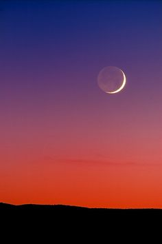 A view of the setting crescent moon in the sunset taken just east of the Very Large Array (radio telescope, look for pics and info on the VLA soon) in Socorro County, New Mexico. by Michael Menefee (flickr)