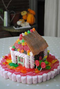 LOS DETALLES DE BEA: Una casa en las nubes... Christmas Gingerbread, Gingerbread Houses, Candy House, Candy Bouquet, Leprechaun, Easter, Sugar, Baking, Candies