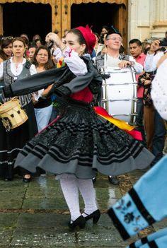 #llanisca en#traje #baile Flamenco Dancers, Folk Dance, Spain And Portugal, Regional, Harajuku, Spanish, Europe, Costumes, Celebrities