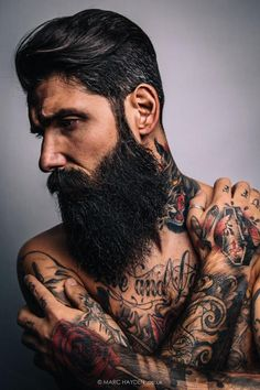 Lunettes de soliel, tee-shirt noir, tatouages, chaussure de tennis blanche, Beard, tattoos, sunglasses #THEEIGHTH underneath