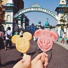 Shared by disneyland ♡. Find images and videos about disney, delicious and ice cream on We Heart It - the app to get lost in what you love. Walt Disney, Disney Magic, Disney Parks, Disney Food, Disney Pixar, Disney Mickey, Mickey Mouse, Orlando Disney, Disneyland Food