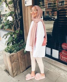 Hijab + Pink and Creme + Furry Slippers (sauf.etc) Hijab + Pink and Creme + Furry Slippers (sauf. Hijab Fashion Summer, Modern Hijab Fashion, Hijab Fashion Inspiration, Muslim Fashion, Modest Fashion, Hijab Fashionista, Mode Outfits, Fashion Outfits, Pink Fashion