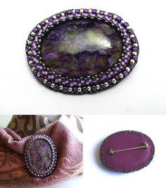 Broche violette charoïte et perles brodées
