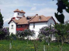 In cartierul Berceni din Bucuresti, bine ascunsa pe o straduta laturalnica, se afla casa memoriala Tudor Arghezi, purtândnumele strazii pe care se afla – Martisor. Noi am vizitat-o intr-o dupa amiaza frumoasa de primavara si nu ne-a parut rau pentru timpul pe care l-am pierdut oarecum cautand-o. E frumos si e liniste pe strada Martisor, … Bucharest, Tudor, Romania, Blog, Cabin, Traditional, Country, House Styles, Childhood