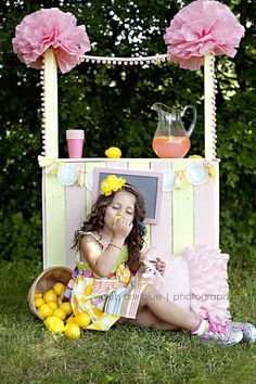 Lemonade stand mini-sessions with DIY pallet stand. How fun would this be for a photo shoot? Photography Mini Sessions, Photography Props, Photo Sessions, Photo Props, Photo Booth, Diy Backdrop, Backdrops, Girl Birthday, Birthday Parties