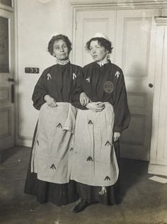 Emmeline and Christabel Pankhurst dressed as prisoners. Replica prison clothing was regularly worn by ex-suffragette prisoners for campaigning and fund raising purposes. Holloway Prison, Prison Outfit, Emmeline Pankhurst, 20th Century Women, Brave Women, London Museums, Men In Uniform, Women In History, Historia