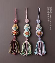 진양노리개 Korean Accessories, Vintage Accessories, Crafts To Make, Arts And Crafts, Rakhi Making, Rakhi Design, Chinese Crafts, Korean Design, Korean Traditional