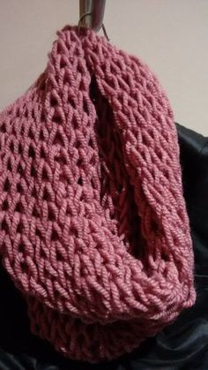 Primero nos preparamos la lana. Es acondejable lana gordita para agujas del 7-8. Yo suelo utilizar mucho para esta clase de bufanda... Loom Knitting, Knitting Stitches, Baby Knitting, Double Crochet, Easy Crochet, Knit Crochet, Knitting Machine Patterns, Crochet Patterns, Ways To Wear A Scarf