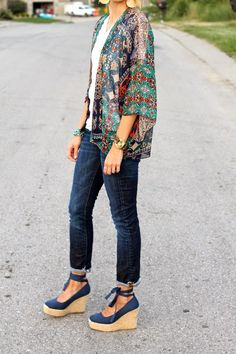 Printed kimono, dark denim and navy lace at the ankle wedges. I like the whole idea of this outfit. Kimono Outfit, Kimono Fashion, Tokyo Fashion, What I Wore, What To Wear, Lace Jeans, Casual Outfits, Cute Outfits, Stitch Fix Outfits