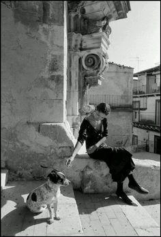Guarderò la tua ombra, se non vuoi che guardi te, gli disse, e lui rispose voglio essere ovunque sia la mia ombra, se là saranno i tuoi occhi. José Saramago Foto Ferdinando Scianna -198…