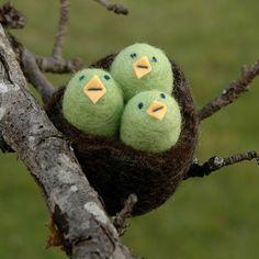 Felted baby birds for Lou Handmade Felt, Handmade Crafts, Fun Crafts, Arts And Crafts, Craft Projects, Sewing Projects, Felted Wool Crafts, Felt Baby, Felt Birds