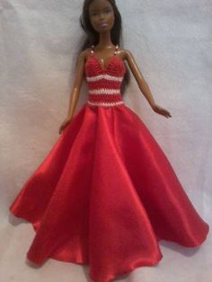 vestido com saia feita em tecido de setim e corpo em croche, alças em miçangas e botões de acrílico R$ 20,00