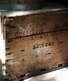 Cageots Vintage, Vintage Decor, Vintage Signs, Old Wooden Boxes, Old Boxes, Wood Crates, Wabi Sabi, Decoration, Old Things