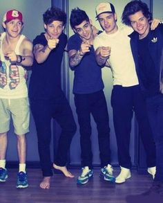 One Direction- why isn't Louis wearing shoes ?
