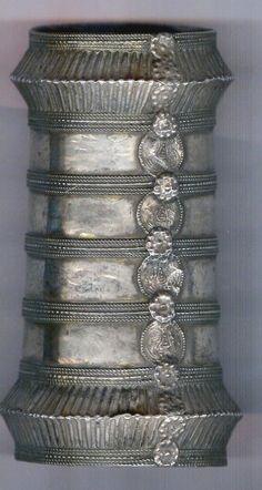 India | Wonderful shape silver bangle from Jodhpur | ©Linda Pastorino