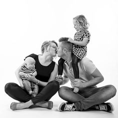 Familie photo shoot bij ons in de studio - photoshoot ideas - Pregnancy Family Photo Studio, Studio Family Portraits, Family Portrait Poses, Family Portrait Photography, Family Posing, Family Photographer, Extended Family Photography, Large Family Poses, Family Picture Poses