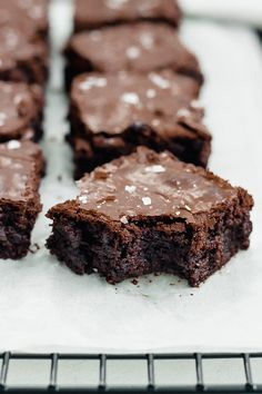 This recipe guarantees incredibly delicious chocolate brownies with a perfectly soft, sticky core - delicious at any time of the day! Best Chocolate, Chocolate Brownies, Delicious Chocolate, Homemade Cake Recipes, Brownie Recipes, Bakery Recipes, Dessert Recipes, Desserts, Worlds Best Brownies