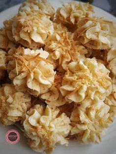 SAGU KEJU (EGGLESS) by Wawa Wiati Choco Chip Cookies, Oreo Cookies, Cookie Recipes, Snack Recipes, Snacks, Melting Moments Biscuits, Ramadan, Butter Cookies Recipe, Food Tasting