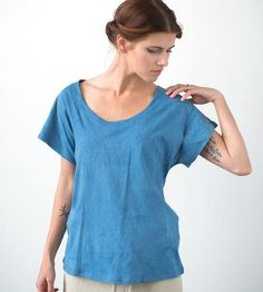 Nice and easy, this scoop neck t-shirt is a comfy accompaniment to slow Sunday mornings. Sewn with a wide scoop neck and loose armholes, this versatile basic is hand dyed in indigo to achieve the variegated blue hue.