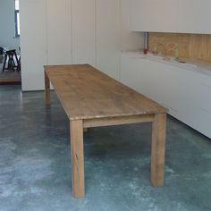 Moderne tafel in oude eik