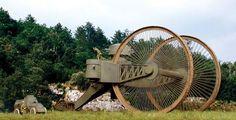 ツァーリ・タンク。第一次世界大戦中の1914-1915年にかけて開発されていたロシア帝国のタンク。クローラーではなく巨大な三つの車輪を備えられた60t(計画では40tになる筈だった)の大型車両。76.2mm砲を二門搭載する。
