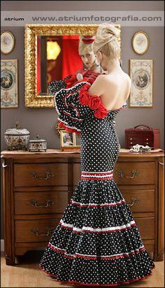 vestido de flamenca fondo negro LAURAMEPONEFLAMENCA