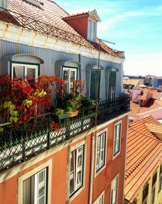 These façades are all over #Lisbon, every building emanates color and life! #Lisbon, #Portugal #LINCE.
