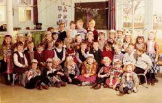 Marken klassefoto 1965 een paar kinderen nog in klederdracht. Vanaf zo ongeveer 1984 zie je ineens niemand meer in klederdracht...