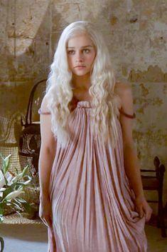 Эволюция костюмов Дейенерис Таргариен в сериале Игра престолов   7Королевств Danyeres Targaryen, Daenerys Targaryen Dress, Daenarys Targaryen, Emilia Clarke Daenerys Targaryen, Game Of Throne Daenerys, Khaleesi, Narnia, Divas, Beautiful Costumes