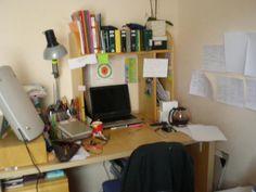"""Autre table de travail de @infusoir : """"mon bureau pendant la préparation de l'agrégation, photo floue malheureusement"""""""
