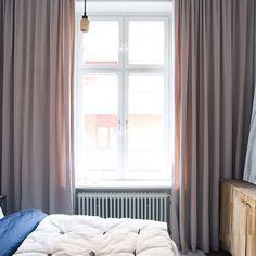 Vi älskar sammet ⭐️ Sammetsgardinerna på bilden (Petra Tungårdens gamla lägenhet) är sydda med veckband i tyg från Delius, Mila färg 1702.