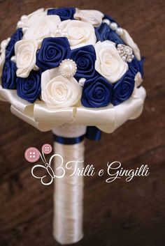 Bouquet gioiello bianco e blu. Alternative bouquet with fabric flowers blue and white. #bouquet #wedding