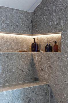 Dette badet får klesdesigner Maria Skappel Holzweiler i drømmemodus - Modena Fliser Relaxing Bathroom, Bathroom Spa, Bathroom Interior, Small Bathroom, Young House Love, Home Design, Shower Shelves, Bathroom Goals, Bathroom Inspiration