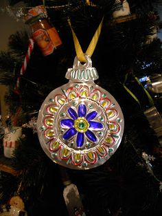 Tooled metal ornaments inspired by Mexican folk art! Traditional Christmas Ornaments, Christmas Ornament Crafts, Christmas Art, Christmas Things, Holiday Ornaments, Christmas Ideas, Christmas Activities For Kids, Holiday Crafts For Kids, Aluminum Can Crafts
