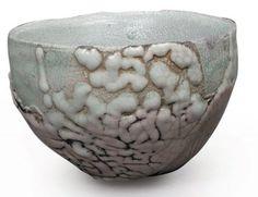 CHAMPY SCHOTT Nani née en 1959 Petite coupe à large ouverture en raku ; engobe en gouttes épaisses à la base et réparties sur la panse. Signé. H : 10 cm, D : 14 cm