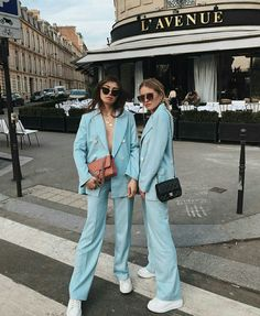 Lovely Terninho with Tennis: An Uncommon and Fashionable Mixture Twin Outfits, Style Outfits, Blazer Outfits, Cute Outfits, Fashion 101, Suit Fashion, Fashion Outfits, Womens Fashion, Fashion Trends
