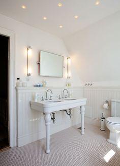 Fransk stil på badet Double Sink Bathroom, Best Bath, Country Farmhouse Decor, Double Vanity, Double Sinks, Bed And Breakfast, Future House, Beautiful Homes, Bathtub