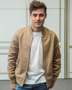 Director Pablo Buscarini and Jorge Blanco attend 'Tini, el gran cambio de Violetta' at Palace Hotel on April 2016 in Madrid, Spain. Marcel Ruiz, Violetta And Leon, Shadowhunters, My Prince Charming, Charlie Puth, Disney Stars, Zac Efron, Celebs, Celebrities