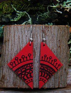 Estos pendientes están realizados en cuero y pintado a mano con una tinta resistente al agua.El triángulo de cuero tiene 4 cm de largo.El diseño es