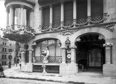 CASA LLEÓ I MORERA. 1906.- L'entrada pel Passeig de Gràcia quan Paul Audouard hi tenia l'estudi fotogràfic. En aquesta imatge s'hi poden veure les escultures de la barana de la tribuna del pis principal avui desaparegudes.