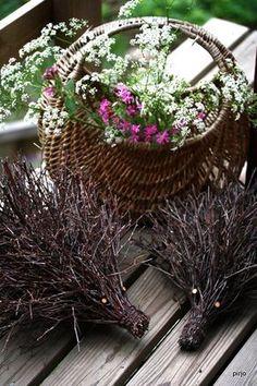 Ajattelin laittaa ohjeen risusiilin tekoon. Kerran risulintuja tehdessäni visioin omanlaiseni risusiilin. Siilin runko tehdään samaan tapaan... Willow Weaving, Basket Weaving, Garden Crafts, Garden Art, Birch Branches, Nature Crafts, Diy Projects To Try, Grapevine Wreath, Natural Materials