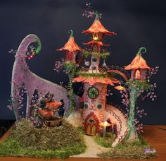 Fairy Garden furniture Abastecimento - slide com videiras e flores Clay Fairy House, Gnome House, Fairy Garden Houses, Fairy Gardens, Fairy Crafts, Garden Crafts, Diy And Crafts, Fairy Land, Fairy Tales
