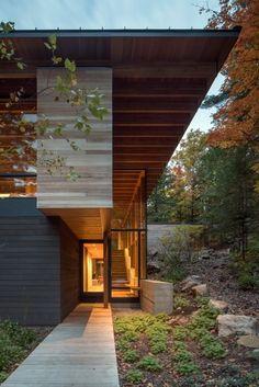 Die Fassade aus gebeiztem und behandeltem Holz soll den umliegenden Wald...