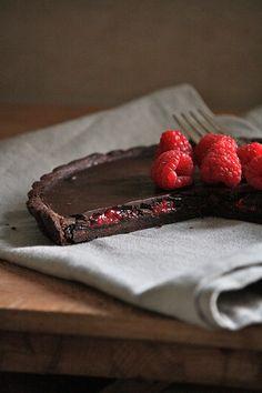 Chocolate Tart with Raspberry Surprise ~ torta al cioccolato con sorpresa ai lamponi Just Desserts, Delicious Desserts, Dessert Recipes, Yummy Food, Gnocchi, I Love Food, Chocolate Recipes, Italian Recipes, Sweet Recipes