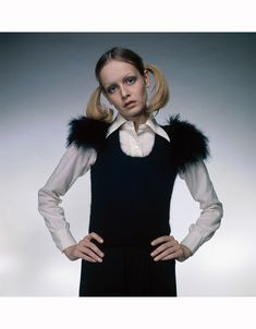 Twiggy wearing a fur-trimmed dress knitted by herself, over a white blouse. Her hair is worn in long pigtails or bunches 1972 © Justin de Villeneuve Retro Fashion 60s, Seventies Fashion, Vintage Fashion, Twiggy Now, Twiggy Hair, Twiggy Style, 60s Style, Musical Hair, Furla